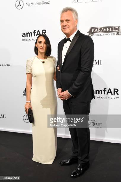 Maria Prata and Pedro Bial attend the 2018 amfAR gala Sao Paulo at the home of Dinho Diniz on April 13 2018 in Sao Paulo Brazil