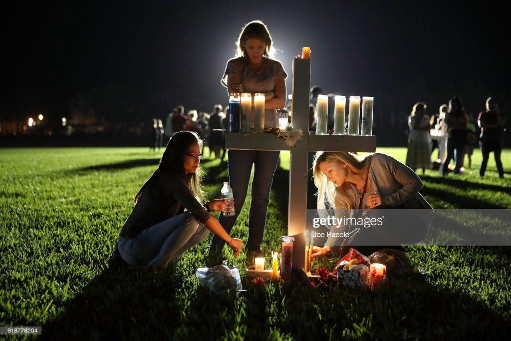Florida Town Of Parkland In Mourning, After Shooting At Marjory Stoneman Douglas High School Kills 17 : Nachrichtenfoto