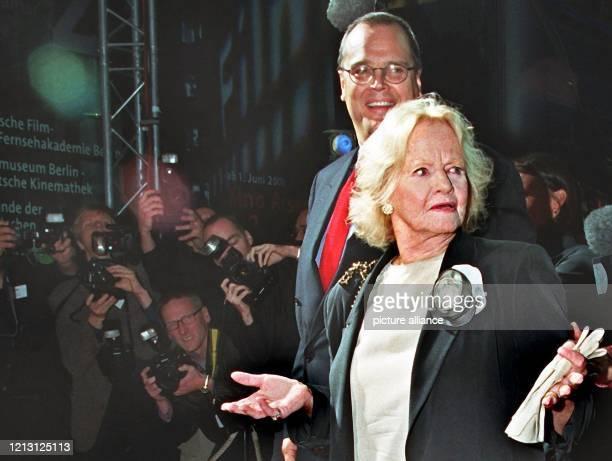 Maria Riva Tochter von Marlene Dietrich und ihr Sohn Peter Riva kommen am 2692000 durch eine Gasse von Fotografen zur Eröffnung des Filmmuseums in...