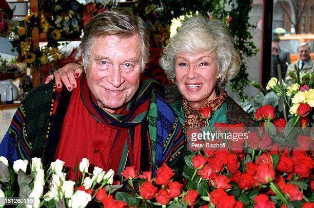 Maria Sebaldt Ehemann Robert Freitag Buchholz bei Hamburg 80 Geburtstag von Robert Freitag Rosen Blumen Blumenstrauss Schauspieler Schauspielerin...