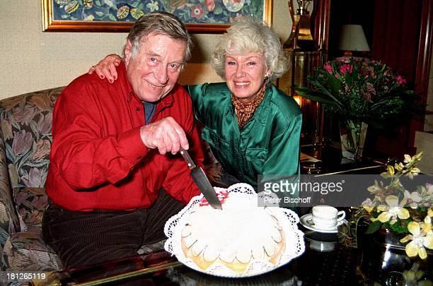 Maria Sebaldt Ehemann Robert Freitag Buchholz bei Hamburg 80 Geburtstag von Robert Freitag Torte Geburtstagstorte Kuchen Messer Blumen Blumenstrauss...