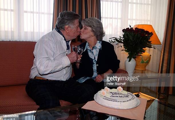 Maria Sebaldt Ehemann Robert FreitagGeburtstagstorte GeburtstagsstraußGläser Kuß Goslar Torte