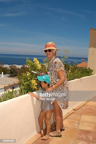 Maria Sebaldt Enkel Julian Freitag Betlem/Mallorca/Spanien Schauspielerin Meer Hut Gartenschere Sonnenbrille Urlaub PNr2003/580