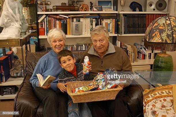 Maria Sebaldt Enkelsohn Julian Dante Ehemann Robert Freitag München Ehefrau Ehepaar Familie Enkel Wohnzimmer Bücher Regal Sofa Couch Sessel...