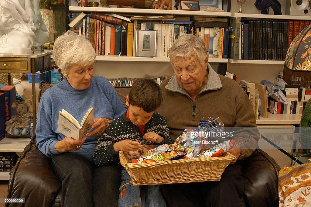 Maria Sebaldt, Enkelsohn Julian Dante, Ehemann Robert Freitag, (v.l.n.r.), 21.11.2004, München, Ehefrau, Ehepaar, Familie, Enkel, Wohnzimmer, Bücher,  : News Photo