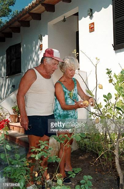 Maria Sebaldt mit Ehemann Robert FreitagHomestory Mallorca/Spanien Gartenarbeit