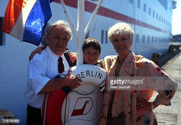 Maria Sebaldt mit Horst Bollmann Kevin Sandhof ZDFReihe Traumschiff Folge 23 Hongkong China MS Berlin Kreuzfahrtschiff Kreuzfahrt Rettungsring...