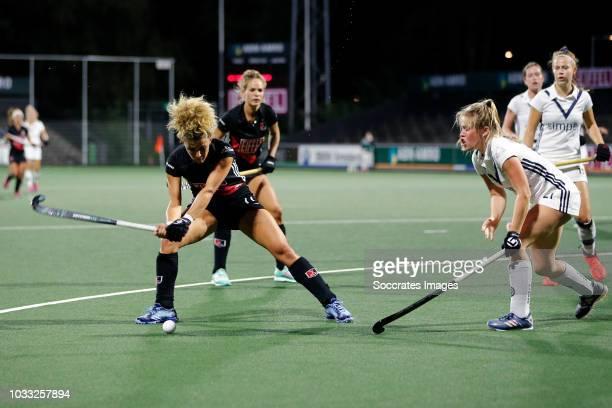 Maria Verschoor of Amsterdam Dames 1 Cecile Knuvers of Pinoke Dames 1 during the Hoofdklasse Women match between Amsterdam v Pinoke at the Wagener...
