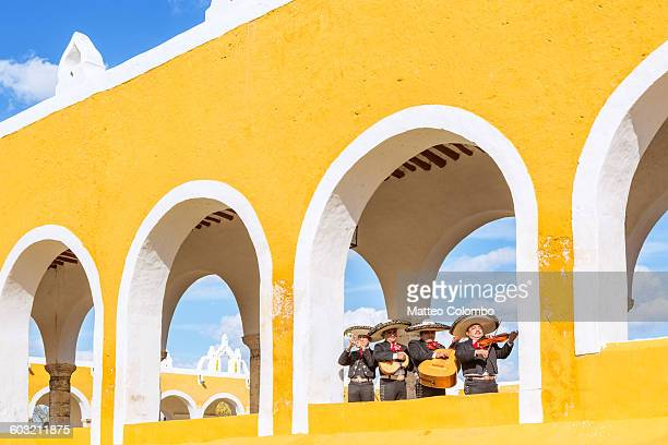 mariachi band in izamal, yucatan, mexico - mexique photos et images de collection