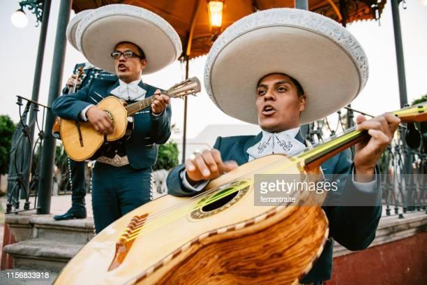 mariachi band spelen - mexico stad stockfoto's en -beelden