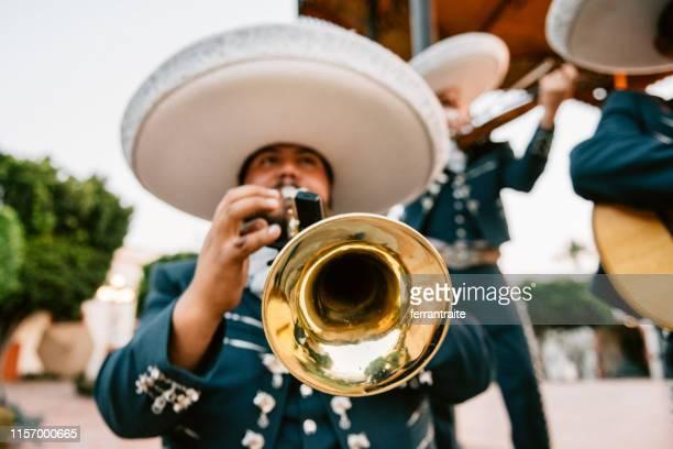 juego de la banda del mariachi - cinco de mayo fotografías e imágenes de stock