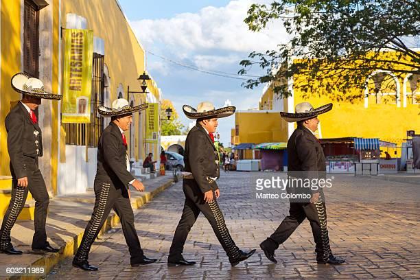 mariachi crossing the street beatles style, mexico - mariachi fotografías e imágenes de stock