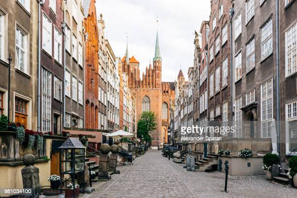 mariacka street and st. mary's church in the old town of gdansk, poland - gdansk fotografías e imágenes de stock