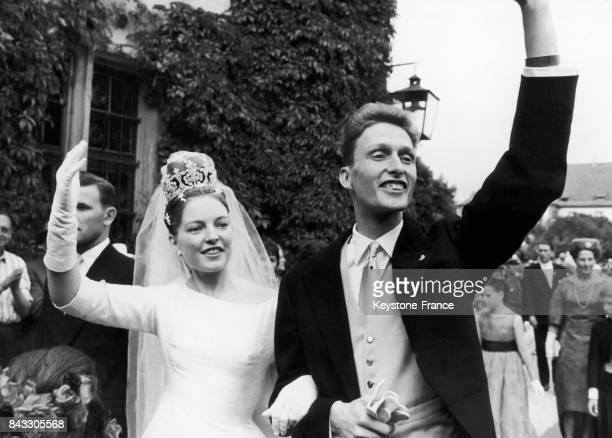 Mariage de Diane d'Orléans et de Charles II de Wurtemberg ici à la sortie de l'église à Altshausen Allemagne le 18 juillet 1960