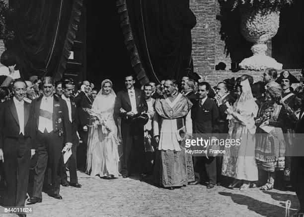 Mariage de la princesse Maria de las Mercedes de Bourbon et du prince des Asturies Juan de Bourbon y Battenberg applaudis par des délégations...