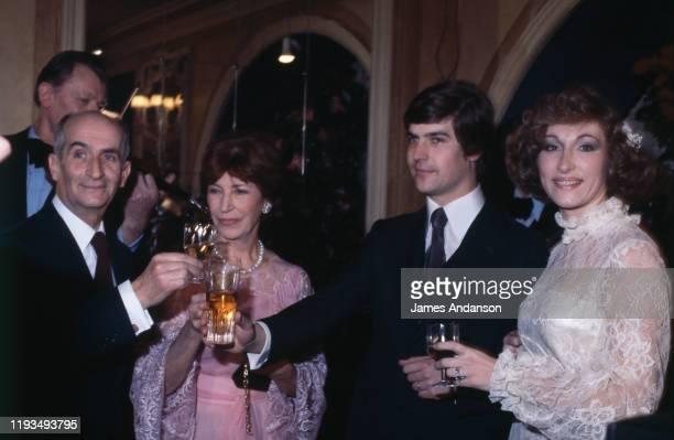 Mariage de Olivier de Funes avec Dominique Watrin de gauche à droite Louis de Funes sa femme Jeanne de Funes Olivier de Funes et Dominique Watrin