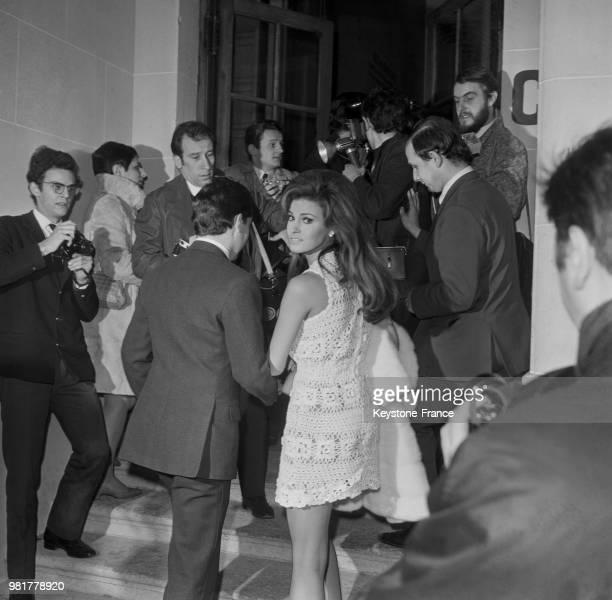 Mariage de Raquel Welch et de Patrick Curtis à la mairie du 8ème arrondissement de Paris en France le 14 février 1967