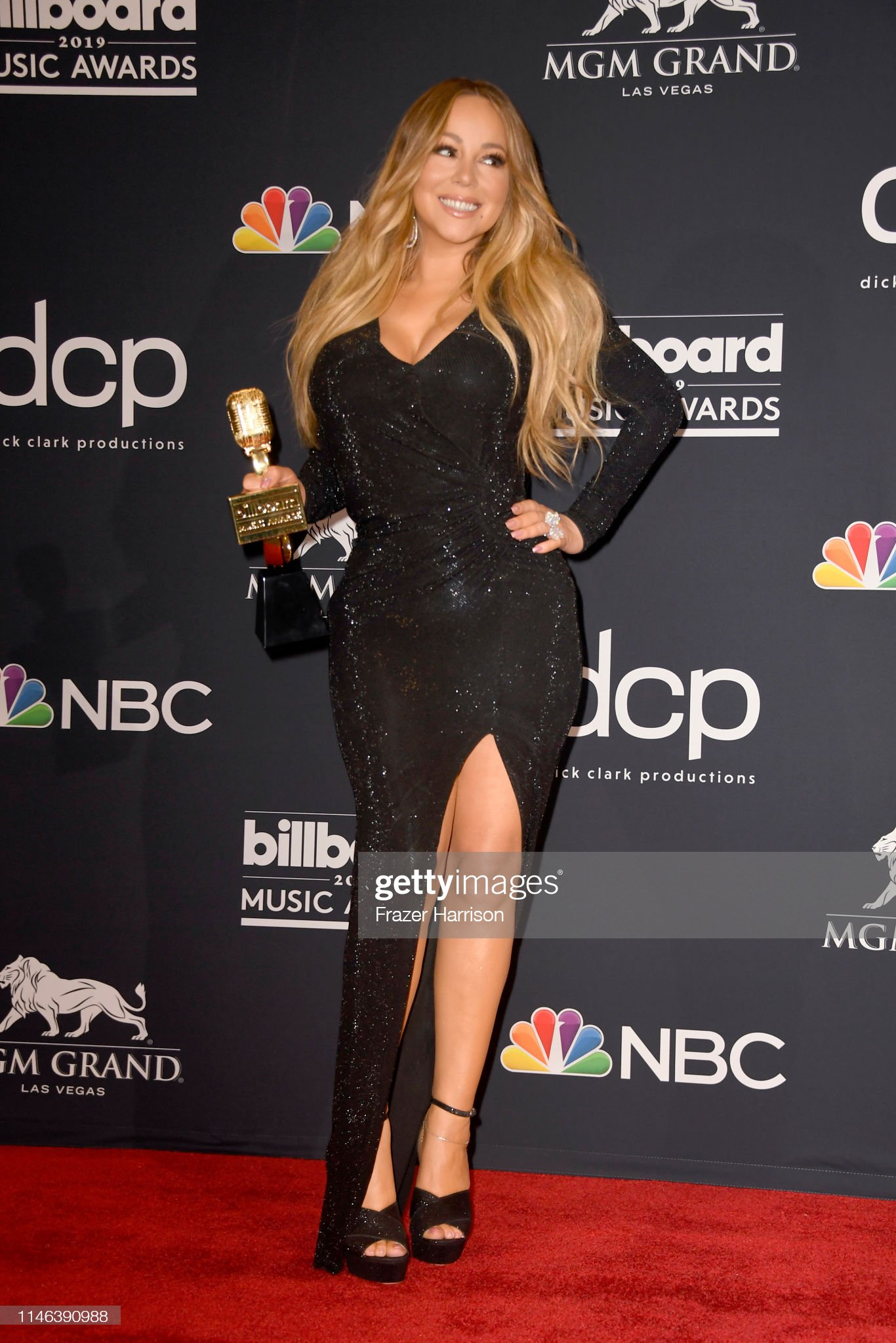 mariah-carey-poses-with-the-icon-award-i
