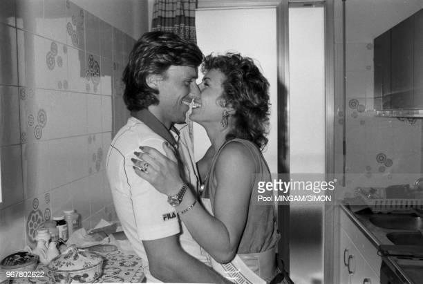 Mariana Simionescu félicite son mari Björn Boraprès sa victoire lors du 1er tour du tournoi de tennis de Montecarlo le 30 mars 1983 Monaco
