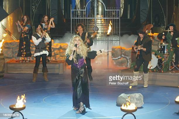 Marianne Cathomen Musikanten BackgroundSängerin Verleihung Goldene Henne 2002 Berlin Deutschland Europa Friedrichstadtpalast Bühne Auftritt Gitarre...