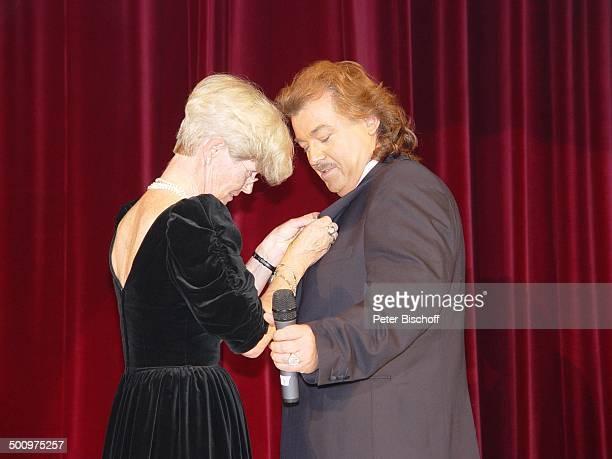 Marianne Schütterle Alfredo Pauly 50 Jahre UNICEF Deutschland 'Sternen Gala' Bad NeuenahrAhrweiler Kurhaussaal Kleid Modedesigner r Mikrofon Bühne...