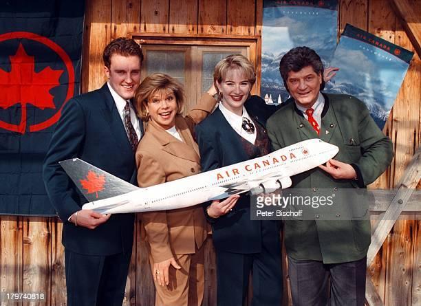 Marianne und Michael Hartl mit den Flugbegleitervon Air Kanada Daniela Brunnenmeir undHugh Chetwyne ZDFShow 'LustigeMusikanten'