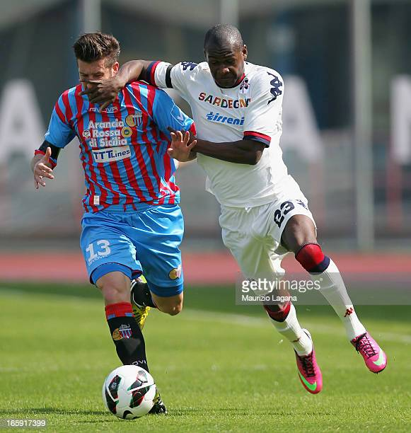 Mariano Izco of Catania competes for the ball with Victor Ibarbo of Cagliari during the Serie A match between Calcio Catania and Cagliari Calcio at...