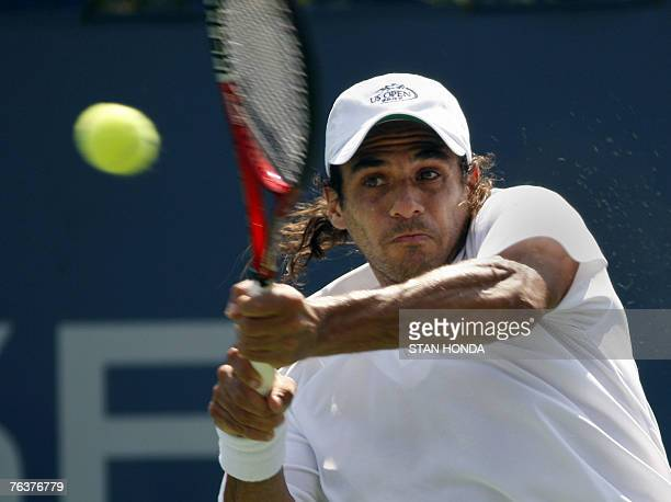 Mariano Zabaleta of Argentina returns a shot to Philipp Kohlschreiber of Germany during the US Open Tennis Championship 29 August 2007 at the USTA...