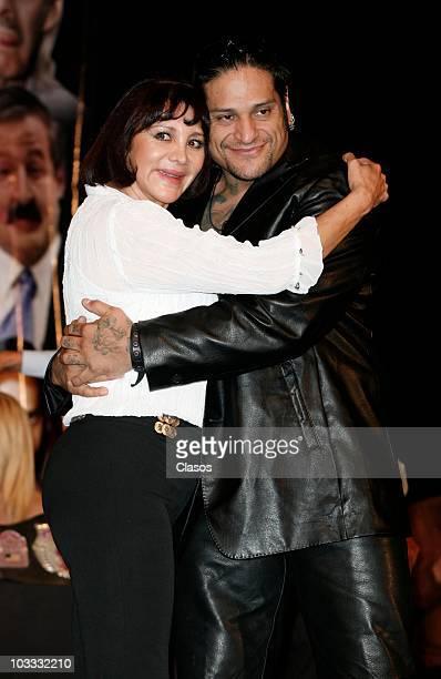 Maribel Fernandez la Pelangocha and El Cibernetico pose for a photograph during a press conference of the play 'Un Romeo Muy Julieta' at Diego Rivera...