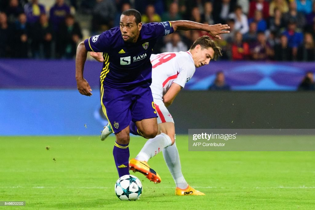 NK Maribor's Brazilian forward Marcos Tavares (L) vies for the ball with Spartak Moscow's defender Ilya Kutepov during the UEFA Champions League Group E football match between NK Maribor and FC Spartak Moscow at The Stadium Ljudski vrt in Maribor on September 13, 2017. / AFP PHOTO / Jure Makovec