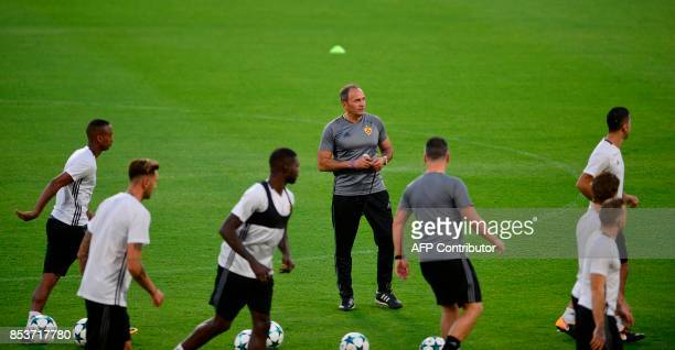 Maribor's Slovenian coach Darco Milanic gives instructions to the players during training session at the Sanchez Pizjuan stadium in Sevilla on...