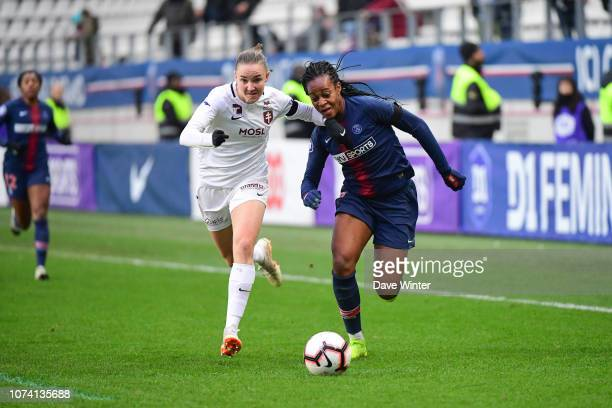Marie Antoinette Katoto of PSG and Amelie Delabre of Metz during the Division 1 Feminine match between Paris Saint Germain and Metz on December 16...