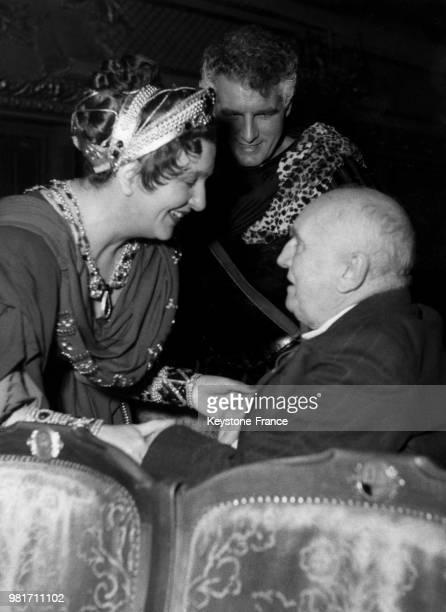 Marie Bell accueille Paul Claudel venu assister à la représentation de la pièce de théâtre 'Britannicus' de Racine à la ComédieFrançaise à Paris en...