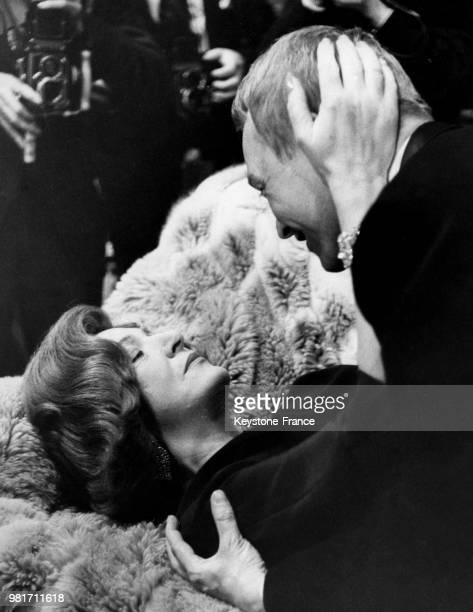 Marie Bell et Pierre Vaneck répétant une scène d'amour de la pièce de théâtre 'Les violons parfois' de François Sagan qui sera présentée au...