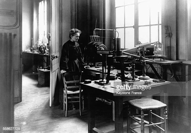 Marie Curie dans son laboratoire à Paris France