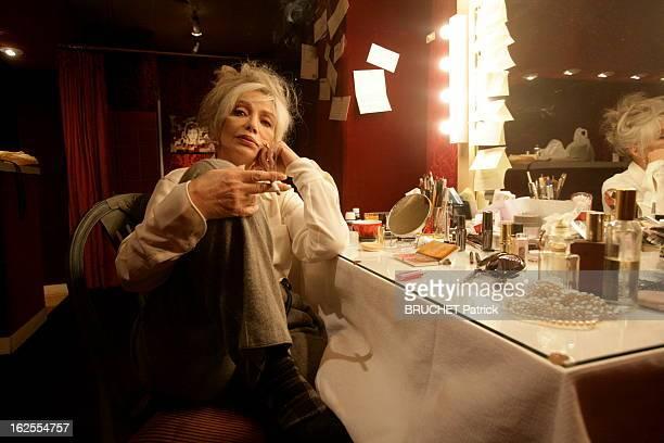 Marie Laforet Plays The Callas Paris 29 octobre 2008 Marie LAFORET fumant une cigarette dans sa loge du Théâtre de Paris Elle interprète Maria Callas...