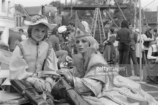 Marie Laforêt dans son costume de reine et Jean-Christophe Maillot sur le tournage du film 'Le petit poucet' réalisé par Michel Boisrond en 1972,...