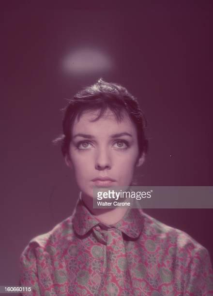 Marie Laforêt Portrait studio de l'actrice Marie LAFORÊT portant un chemisier à motifs fleuris rouges et verts le regard vers le haut un halo...