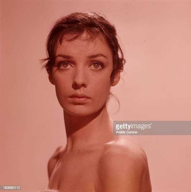 Marie Laforêt Portraits studio de l'actrice Marie LAFORÊT les épaules nues et le buste orienté de profil