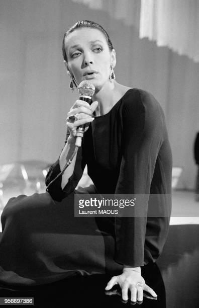 Marie Laforêt sur un plateau de télévision le 10novembre 1976 à Paris, France.