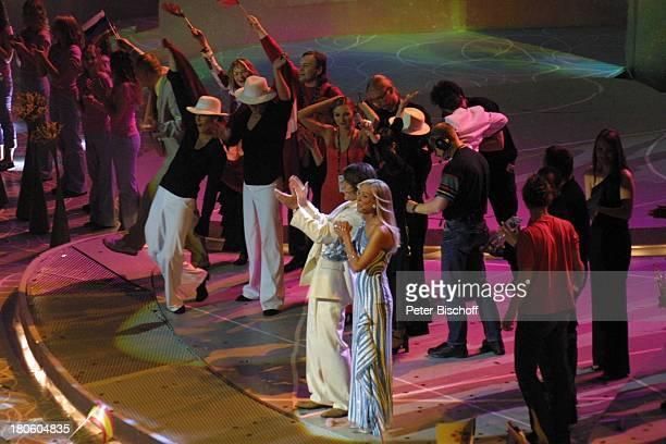 Marie N. , Tänzer , Moderatoren-Paar , Gratulanten, Tallinn/Estland, Bühne, Schlussbild, Kinder, Blumen, Blumenstrauß, winken, Applaus,