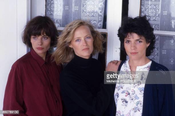 Marie Trintignant, Gabrielle Lazure et Elizabeth Bourgine sur le tournage du film 'Noyade Interdite' réalisé par Pierre Granier-Deferre en juin 1987,...