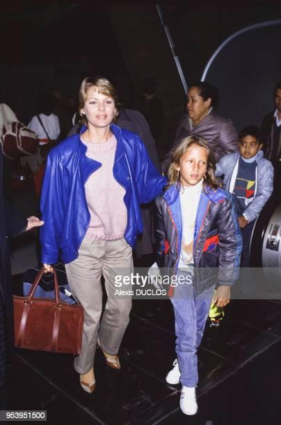MarieFrance Cubadda et sa fille à Roissy France le 3 janvier 1986
