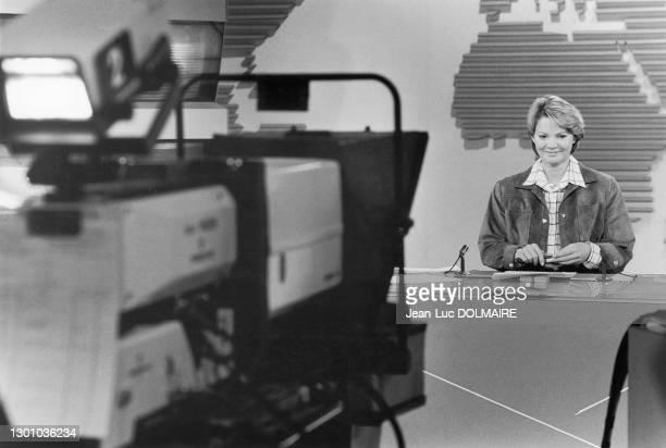 Marie-France Cubadda présente le journal télévisé, dans les studios de TF1, en France, le 16 février 1986.
