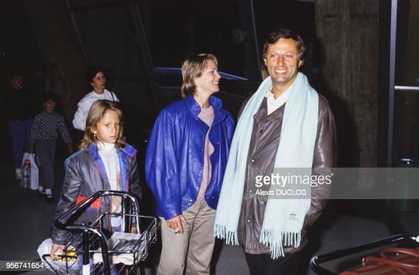 MarieFrance Cubadda son marie et sa fille à Roissy France le 3 janvier 1986