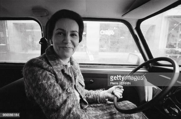 MarieFrance Garaud femme politique au volant de sa voiture en mars 1984 à Paris France