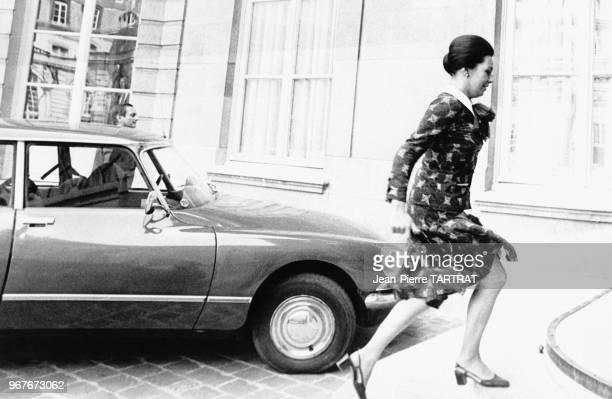 MarieFrance Garaud monte en courant les escaliers de l'Hôtel Matignon lors de la démission de Jacques Chirac comme Premier ministre le 25 août 1976 à...