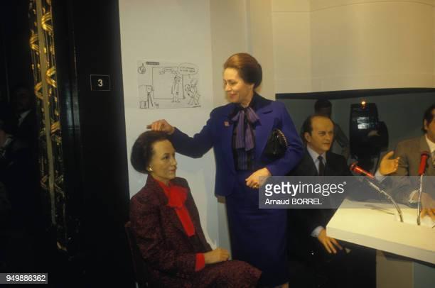 MarieFrance Garaud touche son effigie en cire devant celle de Jacques Toubon le 6 mars 1986 à Paris France