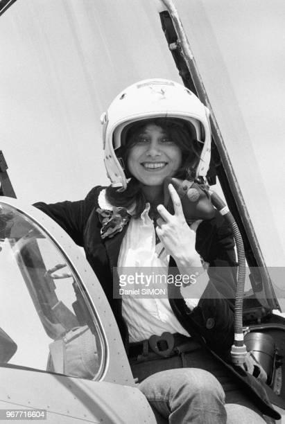 MarieHélène Breillat marraine du nouveau Mirage F1 lors du baptême sur la base aérienne d'Orange le 27 avril 1975 France