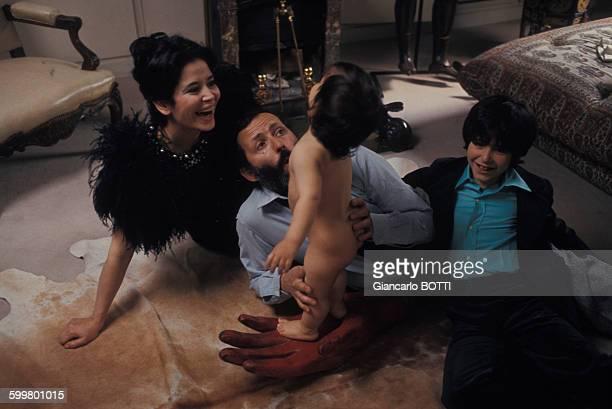 MarieJosé Nat avec son mari Michel Drach et leurs fils David et Julien en 1974 France
